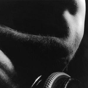 """Aktfoto eines Mannes im Rollstuhl aus der Schwarz-Weiß-Serie """"Ganz unvollkommen"""" von Rasso Bruckert - Rasso Bruckert"""