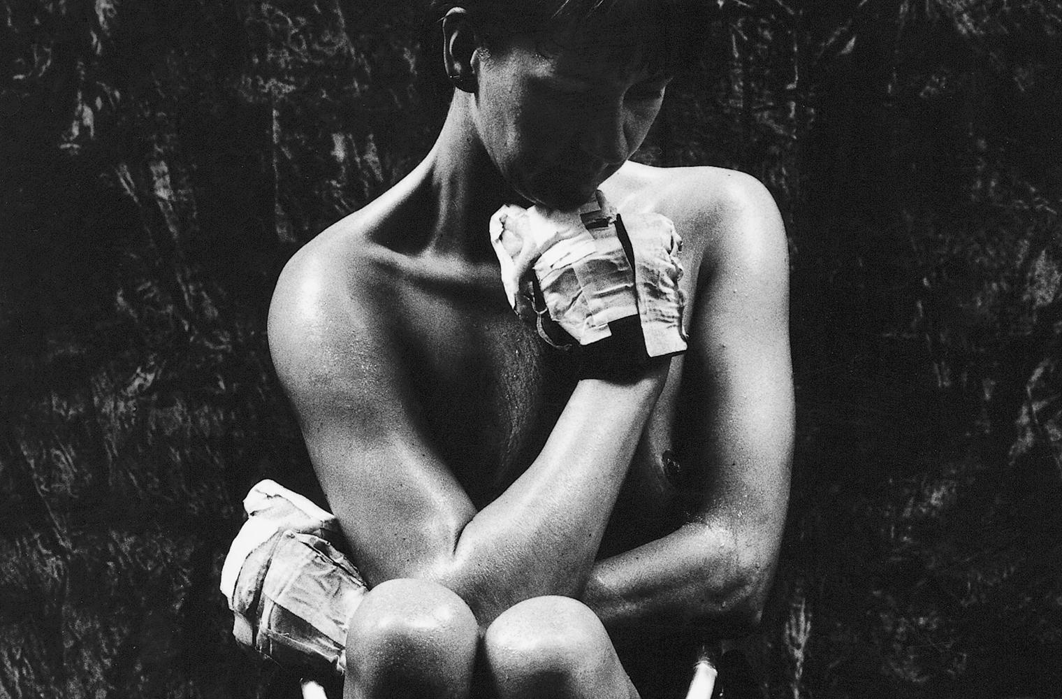 """Aktfoto einer Frau im Rollstuhl aus der Schwarz-Weiß-Serie """"Ganz unvollkommen"""" von Rasso Bruckert; Foto: Rasso Bruckert"""