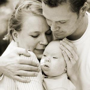 Birte Müller mit ihrem Mann. Beide halten den kleinen Sohn Willi fest umschlungen im Arm.