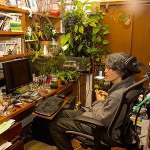 Der Bestseller-Autor Takuji Ichikawa in seinem voll angeräumten Arbeitszimmer vor seinem Computer.