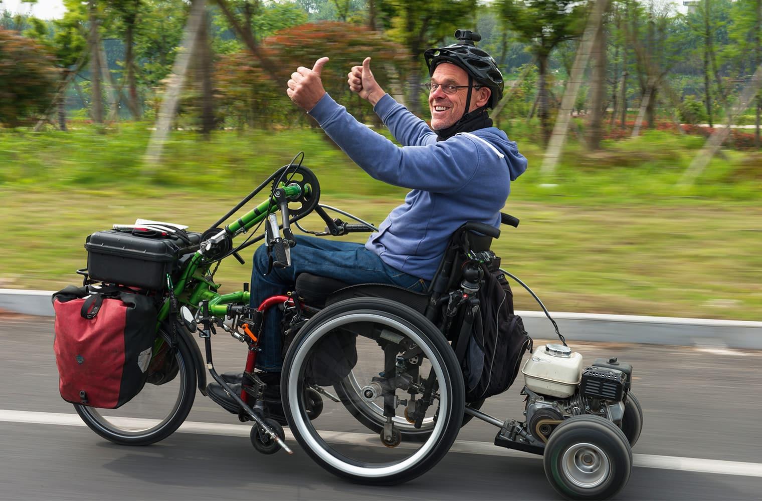 Die Daumen nach oben: Andreas Pröve mit einem motorbetriebenen Rollstuhl unterwegs in China. Foto Pröve