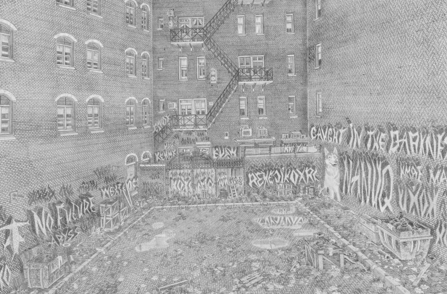 Eine feingliedrige detailreiche Graphitzeichnung zeigt den Innenhof eines mehrstöckigen Hauses mit Graffitis an den Wänden und einer Eisentreppe, d...