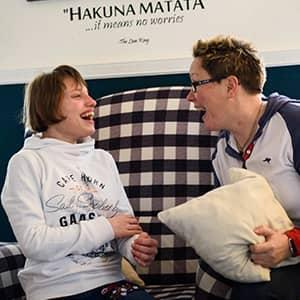 Eine Kissenschlacht: Die Pflegemutter Kerstin Held und ihr Pflegekind Cora haben richtig Spaß.