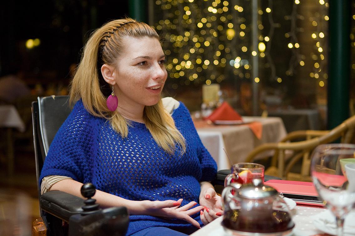Fanny Hozleiter sitzend am Cafetisch - Foto: Daniel Kaldori