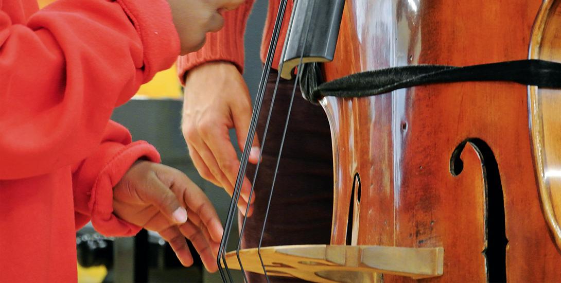 Nahaufnahme von Händen, die an einem Kontrabass die Saiten zupfen. Foto: Oliver M. Reuter