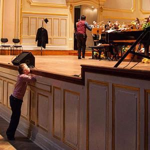 Orchesteraufführung - Sohn Willi steht ganz vorne