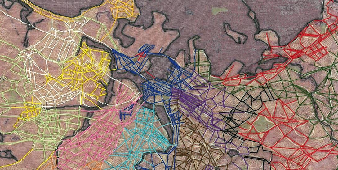 Textiles, bedrucktes Gewebe, das mit Fäden in mehreren Farben bestickt ist. Raffaella Niederkoffler