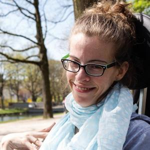 Was ich daraus gemacht habe / Foto: David Strenzler (Kathrin Lemler sitzt zufrieden lächelnd in ihrem Rollstuhl)